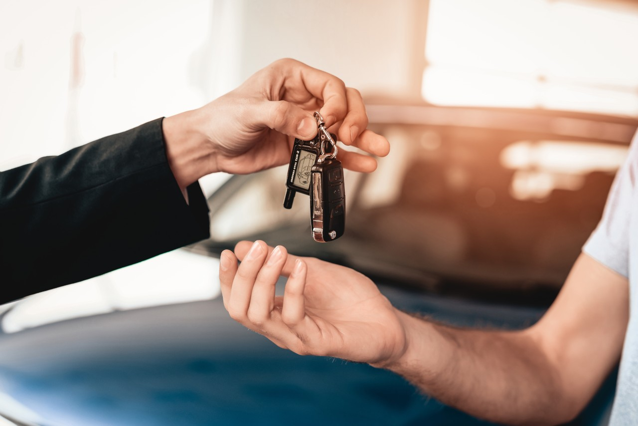 Showroom,Dealer,The,Gives,Car,Keys,To,The,Buyer.,Dialogue